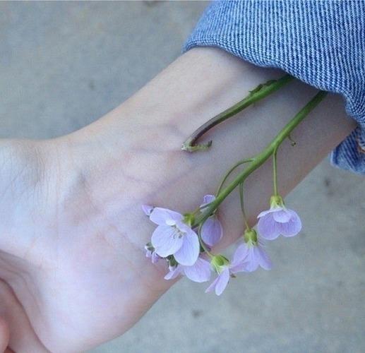 Bileklerimi kesmek isterken son bir umut diyip bileğime çiçekler kattım hâlâ