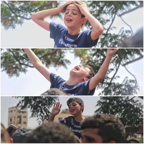 في وداع أبيه صباح اليوم  صورة تستطيع سماعها صرخة طفل قتلوا والده غزة