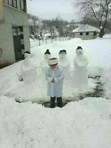 طفل تركي    صنع مأمومين له في صلاته من الثلج ليكون إماما علم طفلك الصلاة