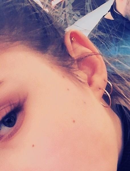 уши проколоты