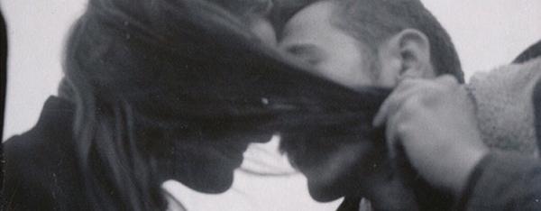 ليحتضن كتفي رأسك ألعنيد ولتبقى بجانبي دائما