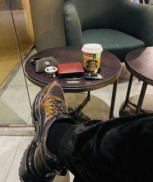 هات كوب قهوتك وقابليني رجاء