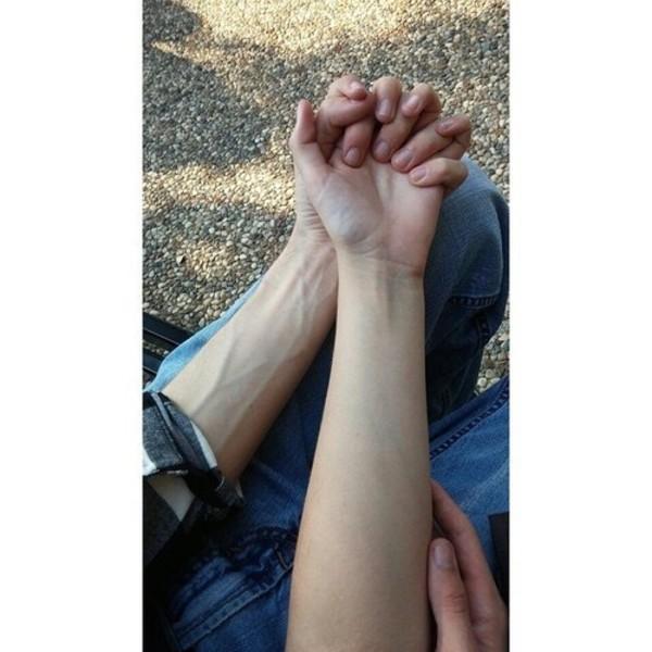 sadece elleri gozuken el ele tutusmu