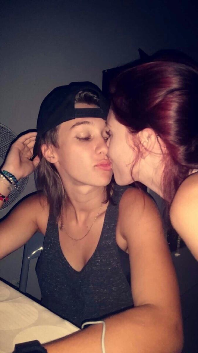 photo dun bisou les filles