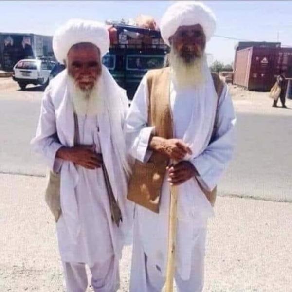 صورة تجمع بين أب و إبنه الأب عمره 101 سنة الإبن عمره 82 سنة  الذي هزني بعمق
