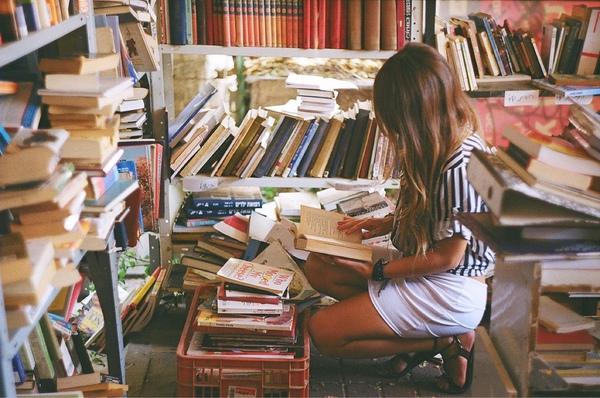 Cho tớ xin ảnh cô gái bên đống sách vở nhé  mong ad rep nhanh tại e cần gấp lắm