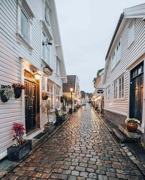 أحد شوارع النرويج الممطرة وقت الظهيرة