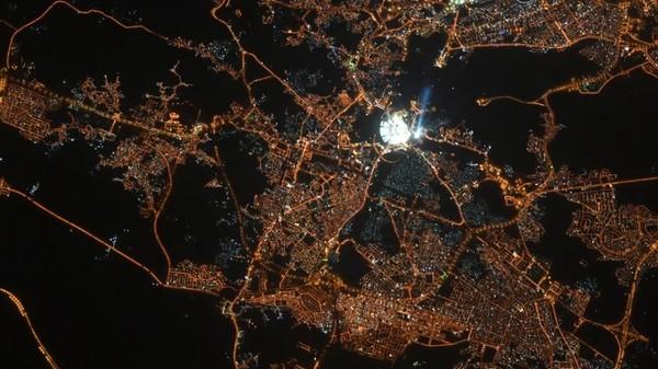 رائد فضاء روسي يصور الكعبة المشرفة من الفضاء   كأنها لؤلؤة الأرض  اللهم