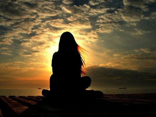لا شيء يقنع الشمس أن تعود لنا كل يوم إلا ظلها الذي ترسمه