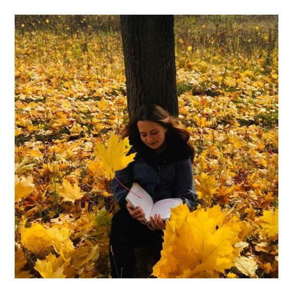 Сентябрь месяц на дворе а у тебя ни одной форточки с жёлтыми листиками на башкe
