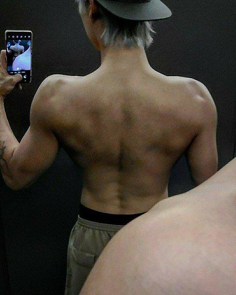 Chanyeol chciałby tatuaż smoka na plecach i czemu mam wrażenie że on to zdobi i