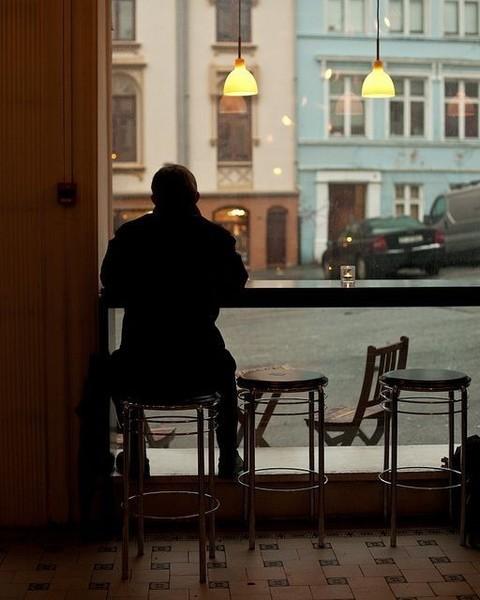 يبدو حزينا ويتضاعف حزنه كلما تقدم في المعرفة  ينظر إلى غبطة