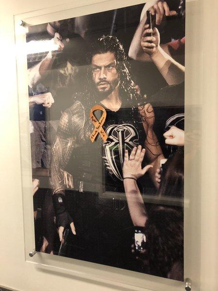 NEWS  W Performance Center na zdjęciu Romana powieszono pomarańczową wstążkę